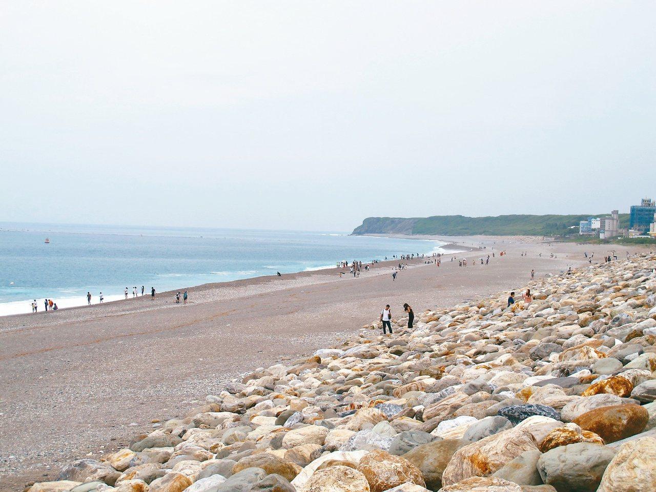 漸層一眼可辨,海天一色,渾然的大小石頭灘,鋪出屬於花蓮的海味。石頭是紀念,也是步...