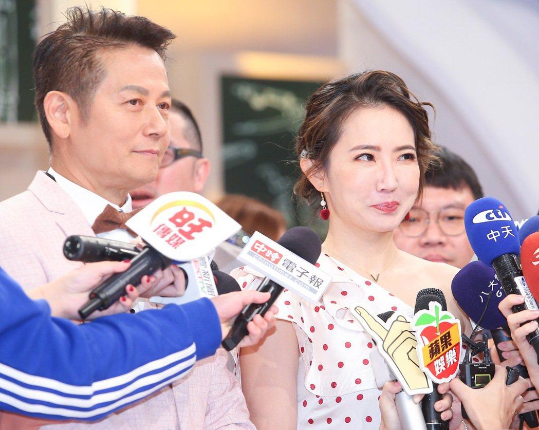 謝忻(右)走過小三風波,復出與徐乃麟(左)一同出席新節目記者會,談到自己心情她表...