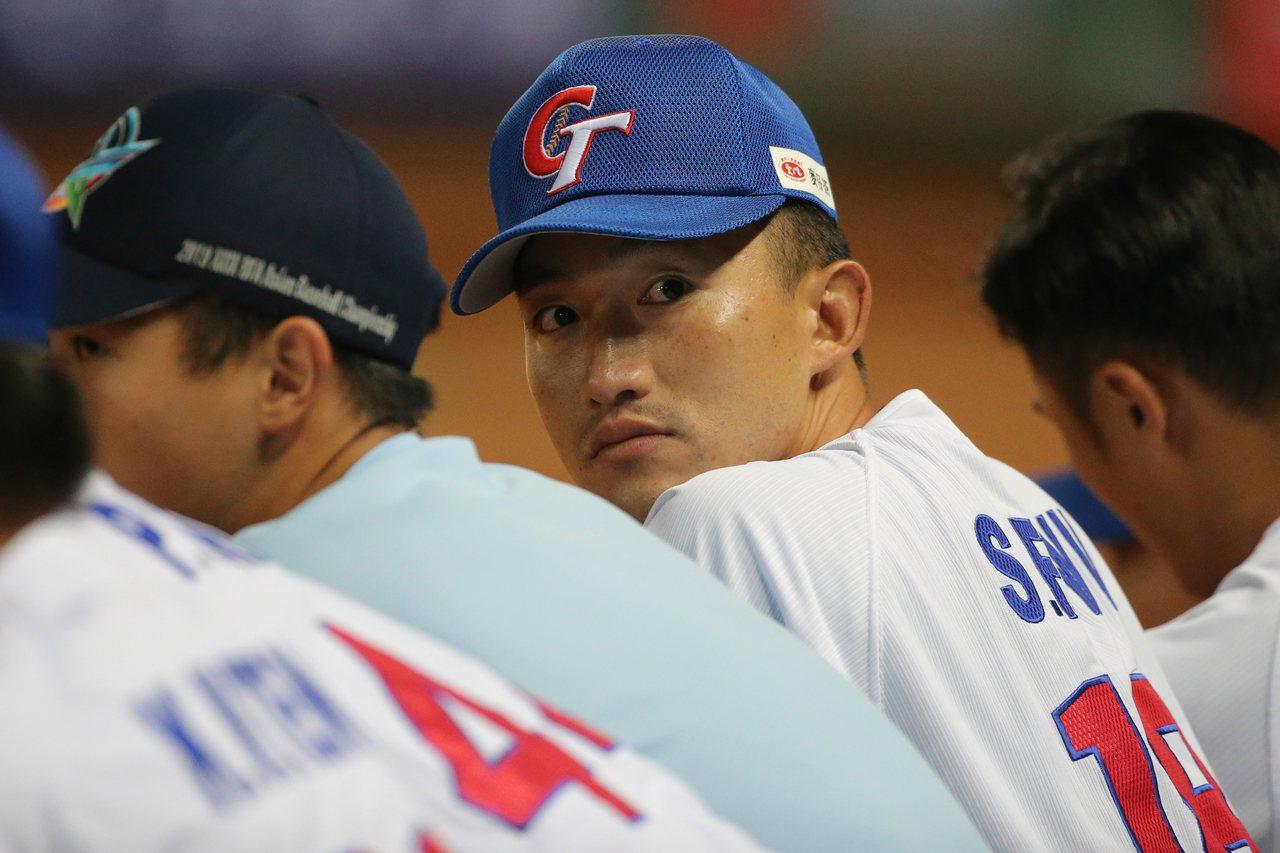 中華隊對決中國先發投手吳昇峰觀看隊友在場上的表現。記者黃仲裕/攝影