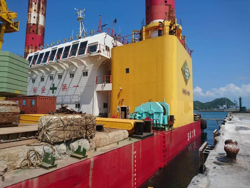 「宏禹1號」是全國最大的平台船,總船長80公尺,寬33公尺,船深4.5公尺,承載...