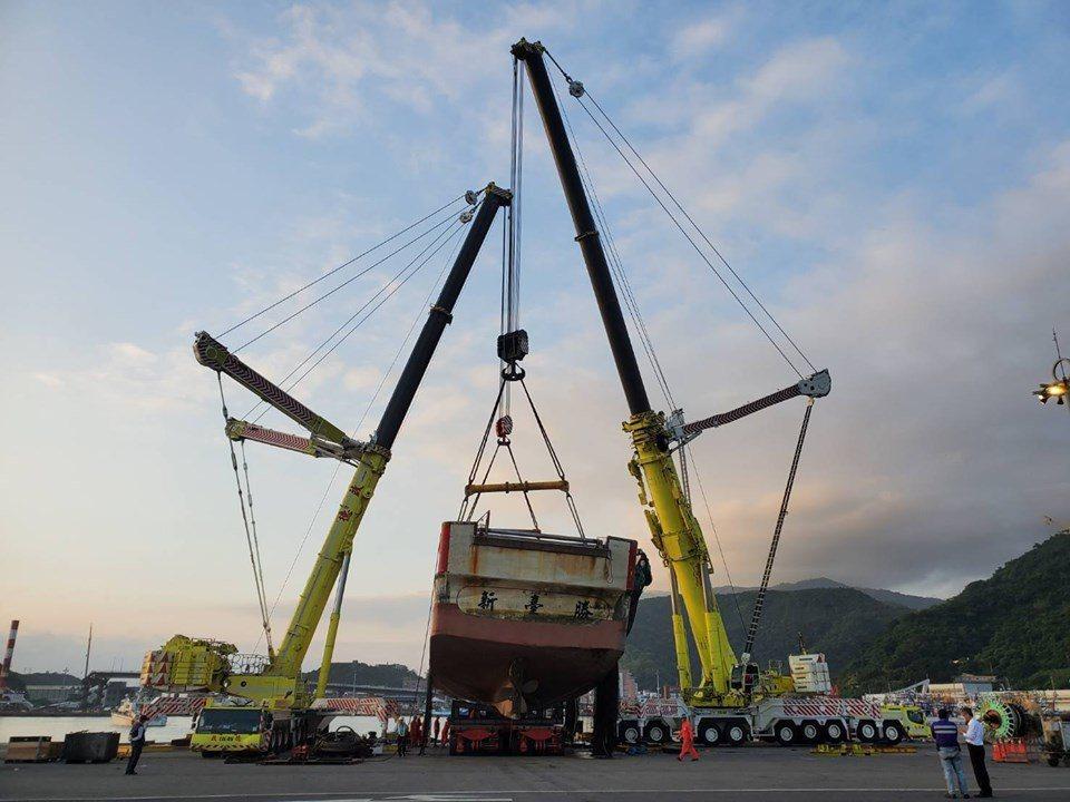 圖右為1200噸型號LTM11200、圖左為750噸LTM1750。圖/啟德機械...