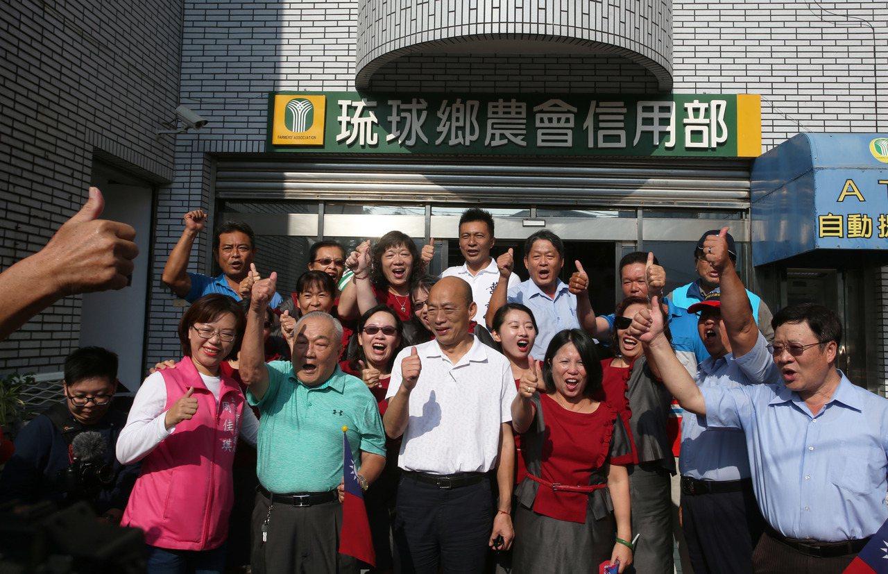 國民黨總統參選人韓國瑜在小琉球拜會,受到許多支持者歡迎。 記者劉學聖/攝影