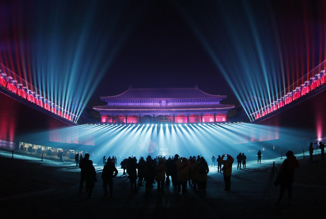 紫禁城古建築群今年首次在晚間大規模點燈,但評價兩極。(中新社)