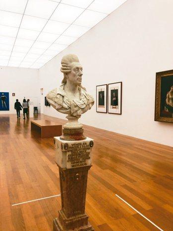 國家美術館內的特展綜合展出皇家典藏的古典油畫與美術館的當代藝術。 圖/孫曼