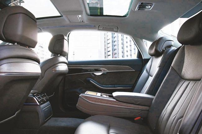 在後座中央扶手設置智聯控制平板,科技尊貴的氛圍一路由後座延伸到前座中控台。 圖/...