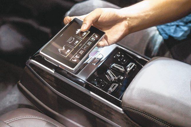 透過後座智聯控制平板,位於後座的老闆可直接調整空調、燈光、座椅舒適等功能。 圖/...