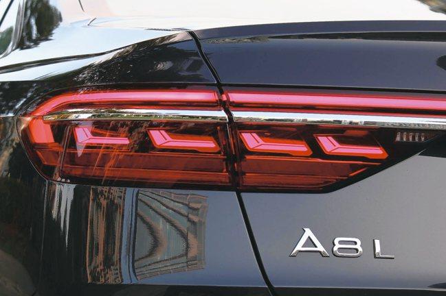 領先同級的Audi OLED動態尾燈,在車輛上鎖及解鎖時會有獨特的動態燈光展演。...