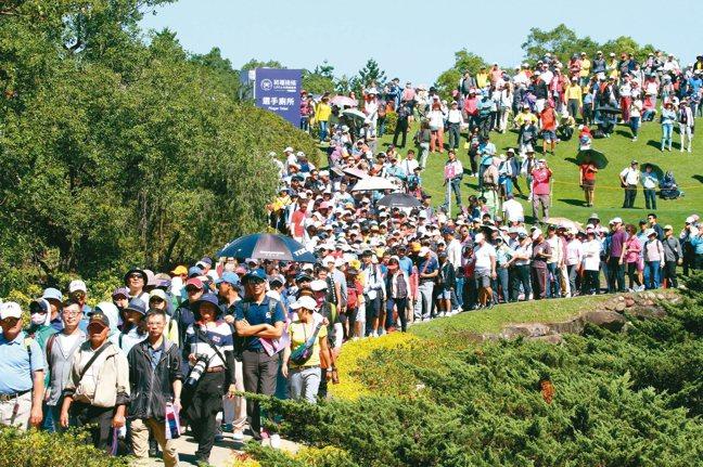 裙襬搖搖LPGA去年最後一輪賽事湧入35,000人的盛況。 圖/陳志光、裙襬搖搖...