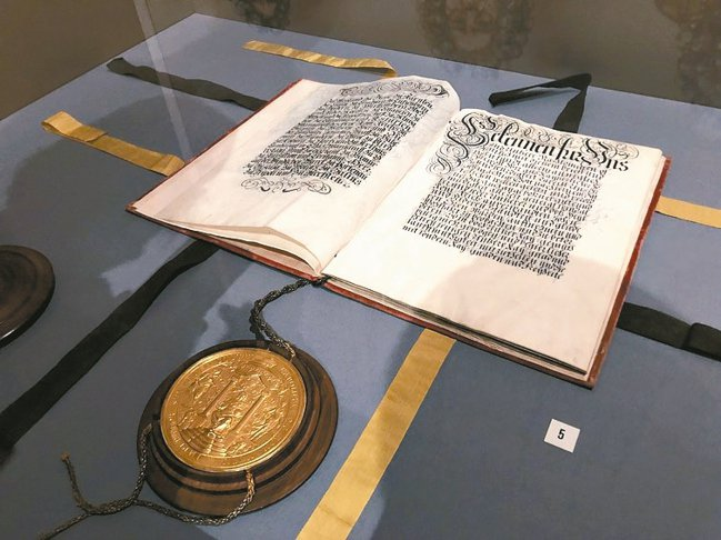1719年神聖羅馬帝國核准列支敦士登兩塊土地合併、並以王爵家族為之命名的文件,是...
