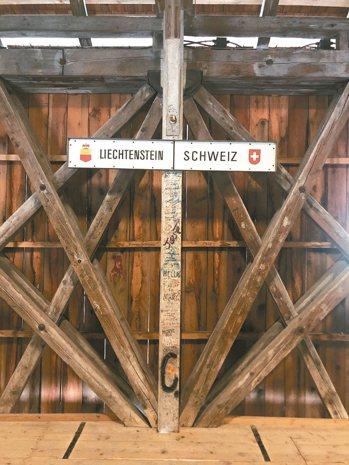 列支敦士登與瑞士僅隔半條萊茵河,在橋中央劃分領土。 圖/孫曼