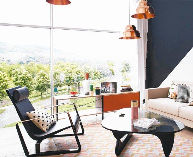 Jean Prouvé設計的Vitra Cité皮革扶手休閒椅。 圖/MOT提供