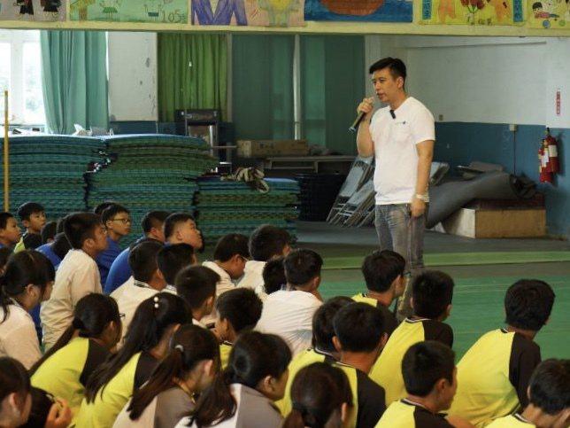 平台創辦人謝長佑常到校園演講,與孩子們互動。高高飛翔/提供