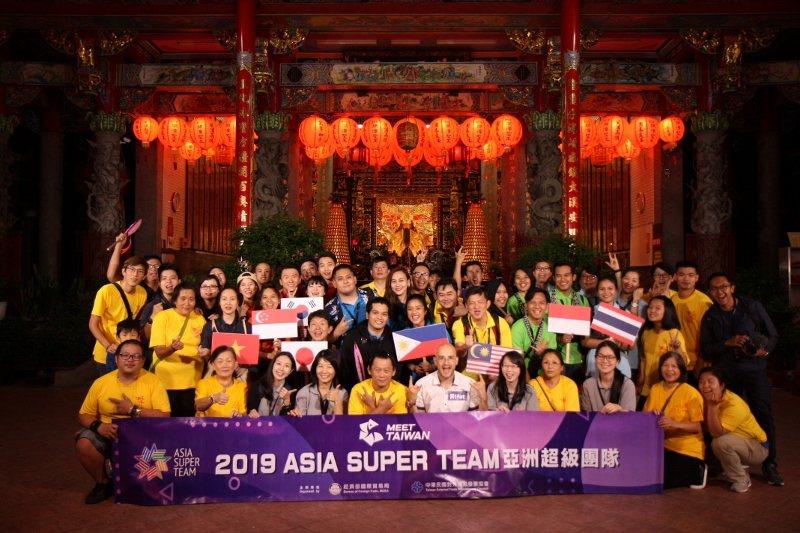 藝人吳鳳帶領「亞洲超級團隊」前進台灣各地,圖為大家在桃園大溪景點合影。 MEET...