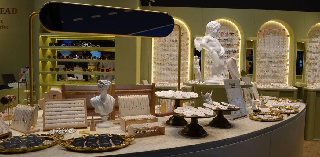 《Bonny&Read》櫃位展出平價精美的飾品小物。  陳慧明 攝影