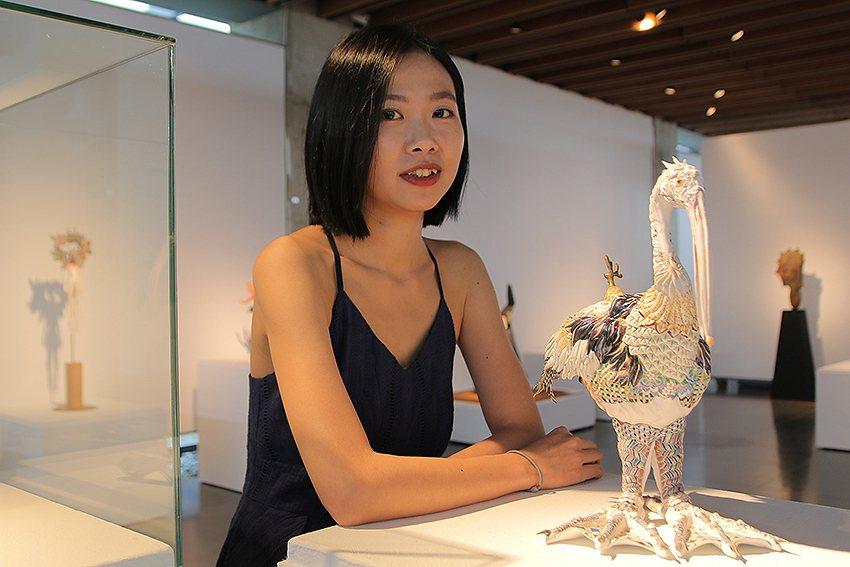 創作獎首獎得主為李思樺,作品《璱集錦》色彩細緻繁複、雕塑技巧高超,令人驚豔。 陶...