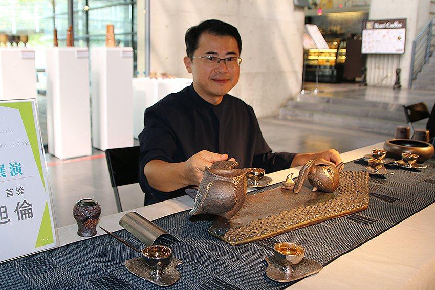 實用首獎得主許旭倫的《衛戍》,結合金工與陶藝技法,將壺、盅合體為展翅高飛的鳥。 ...