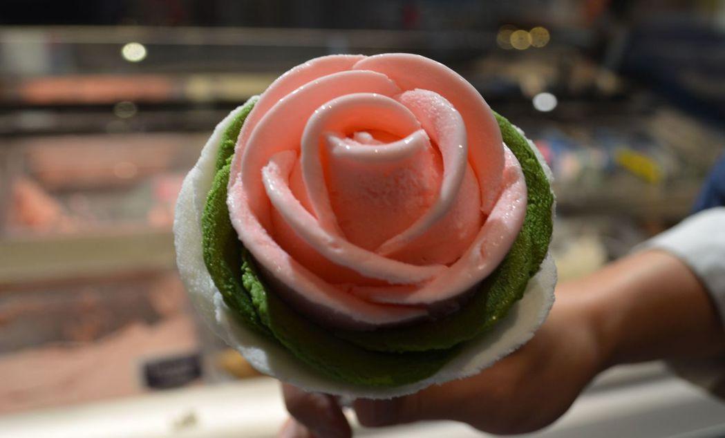到櫃位消費的前數名民眾,可獲贈好看好吃的玫瑰冰淇淋。  陳慧明 攝影