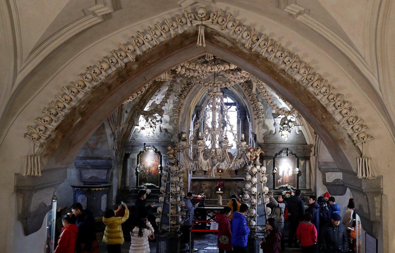捷克著名的塞德萊茨教堂以4萬具骨骸堆砌做裝飾,在當地被稱為「人骨教堂」。(路透