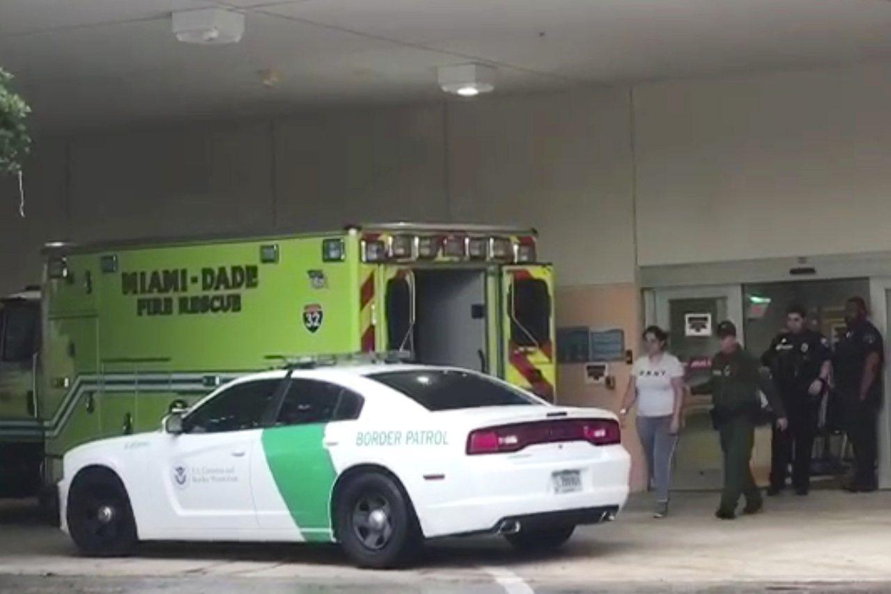 移民執法人員到醫院和健保系統進行檢查的現象在全國日益普遍。圖為邊界巡邏隊員押送一...