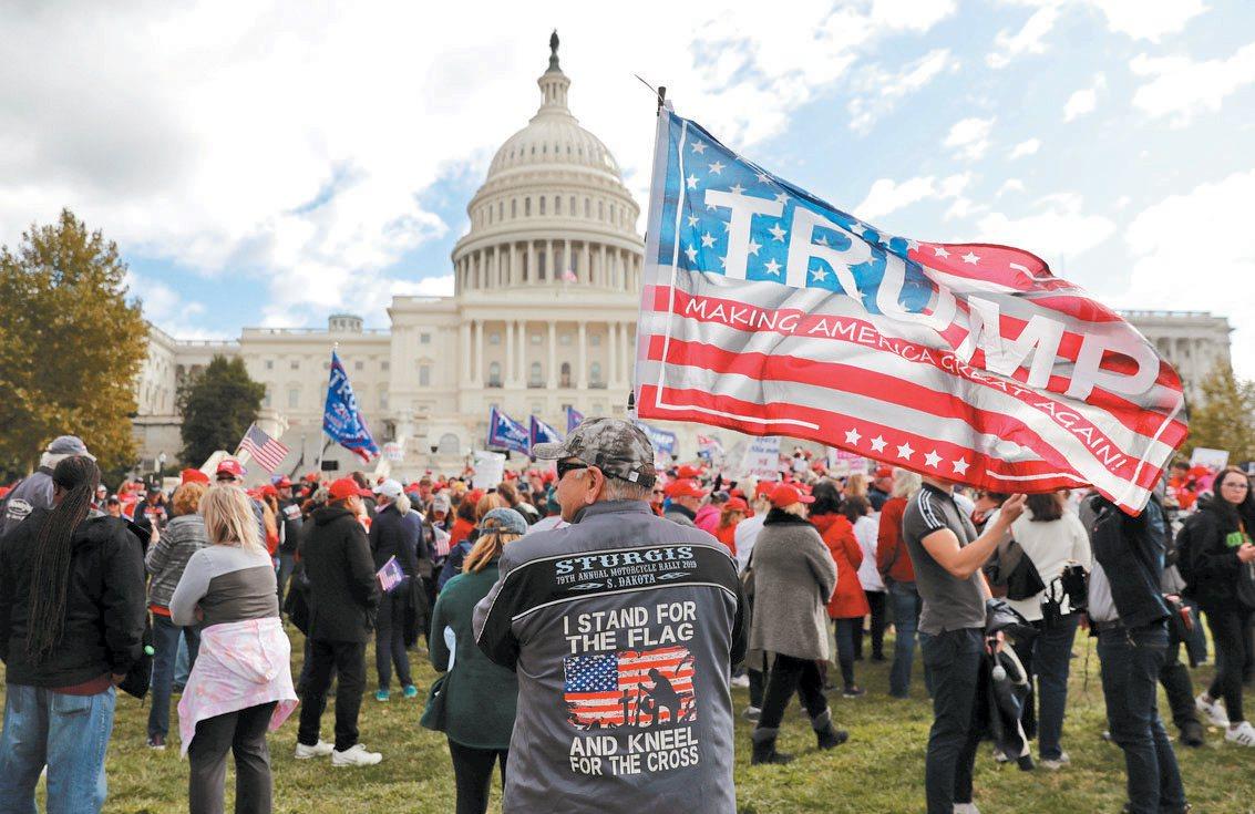 最新民調顯示贊成彈劾川普總統的支持度繼續升高。圖為支持川普總統的民眾17日在國會...