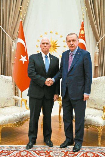 土耳其總統厄多安(右)17日在安卡拉接見到訪的美國副總統潘斯,雙方達成停火協議。...