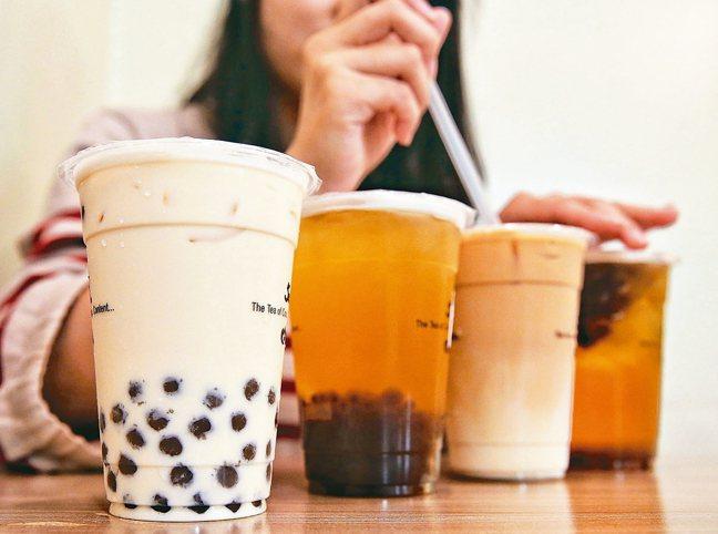 國人愛喝含糖飲料,近四成國中生每天至少喝一次含糖飲料。 本報資料照片