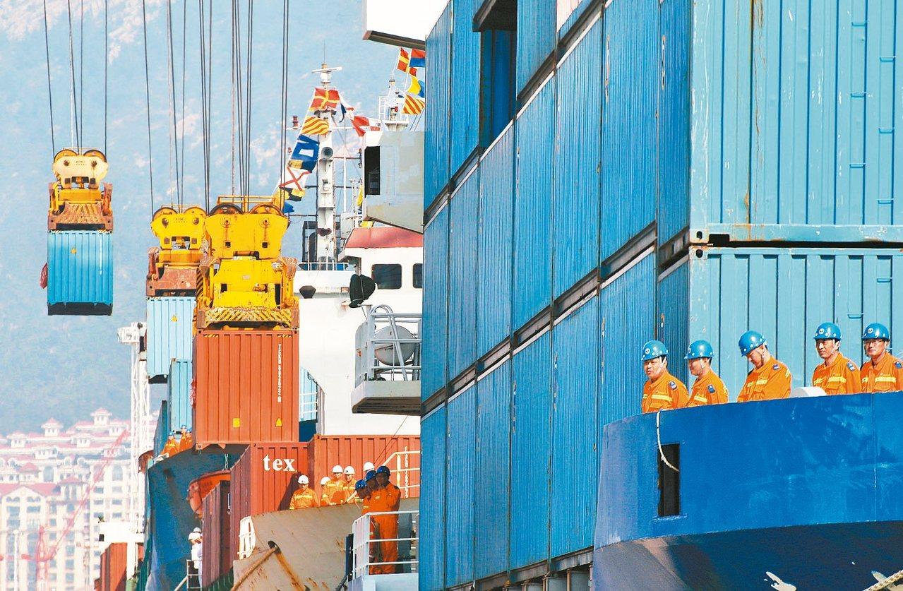 中國大陸經濟持續走緩,圖為山東省煙台港貨櫃碼頭。 路透