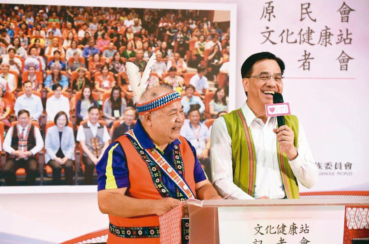 原住民長者以阿美族語分享在文化健康站員被照顧的心得,原民會主委夷將.拔路兒(右)...