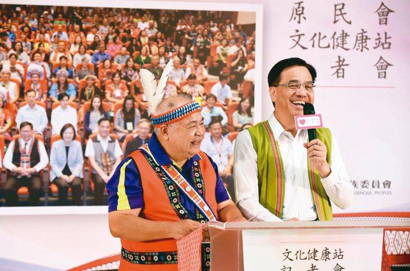 原住民長者以阿美族語分享在文化健康站員被照顧的心得,原民會主委夷將.拔路兒(右)協助現場翻譯。 圖/原民會提供