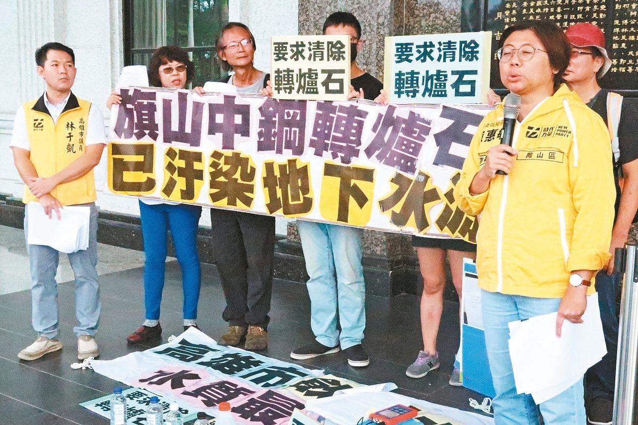 台灣水資源保育聯盟等環團在高雄市議會前,抗議高雄飲用水水質差,地下水源遭汙染。 ...