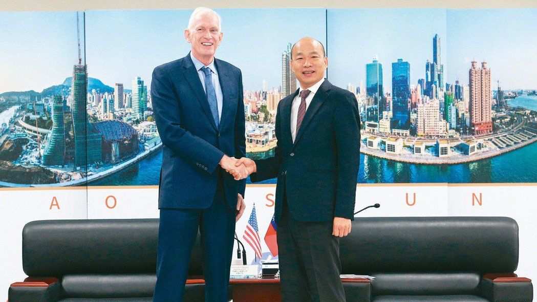 高雄市長韓國瑜(右)今(18)日上午銷假上班,會見美國AIT主席莫健(左),雙方...