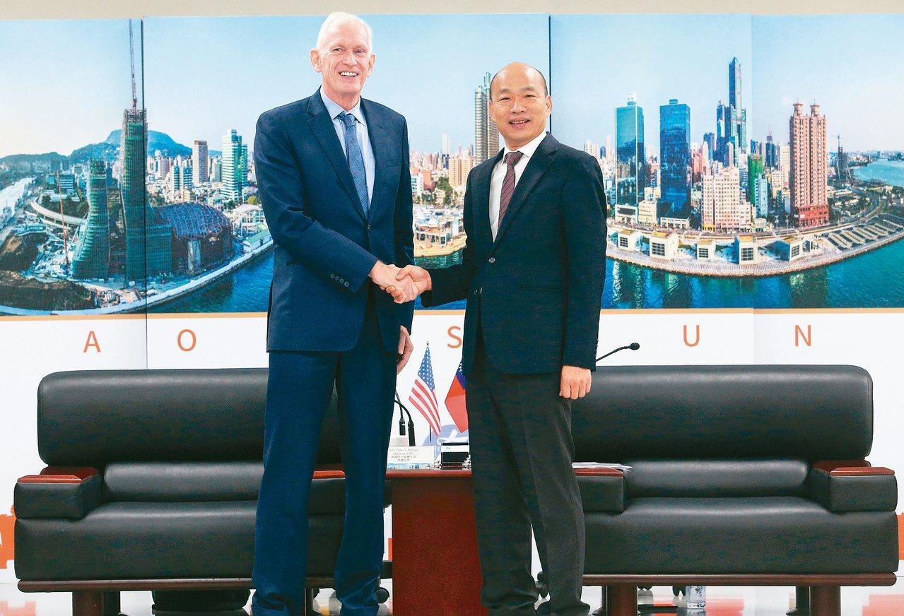 高雄市長韓國瑜(右)今天上午銷假上班,會見美國AIT主席莫健(左),雙方握手並交...