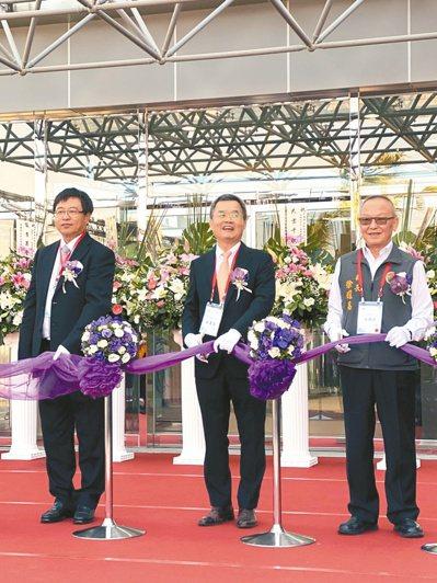 達邁今(18)日舉行銅鑼二期擴廠竣工典禮,董事長吳聲昌(中)看好新廠對營運帶來的...
