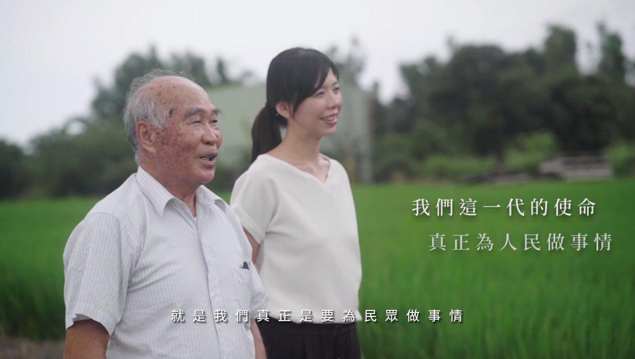 立委洪慈庸(右)完成金水伯(左)等待30年的心願。 圖擷自洪慈庸臉書