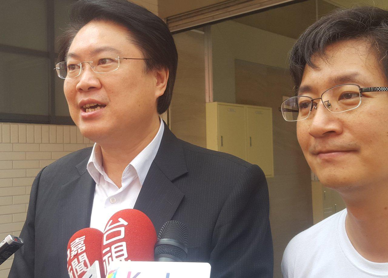 基隆市長林右昌(左)表示,市府將積極協助廠區與廠家進駐,讓潛艦國造順利推動。 中...