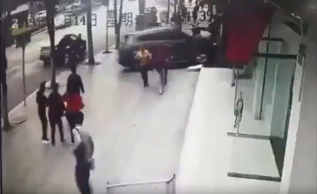 路人看到失控的越野車紛紛慌忙走避。(Youtube影片截圖)
