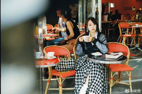 南韓女星雪莉突然辭世震驚演藝圈,昔日f(x)隊友更是停工趕赴韓國送雪莉最後一程,回首一同打拼的姊妹情誼,傷痛之心亦非一般人能感同身受。不過卻有部分網友在雪莉辭世消息傳出後首日,指責宋茜並沒有在微博發...