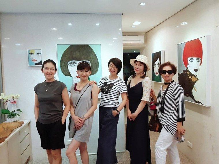 楊林排行老三,家人間的凝聚力很強,畫展開幕時,姊妹們各自從外地趕來相挺,5人留下...
