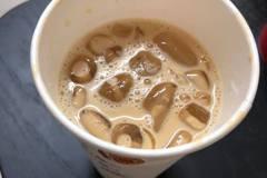 要大杯咖啡卻做成中杯 店員下一秒動作讓她很傻眼