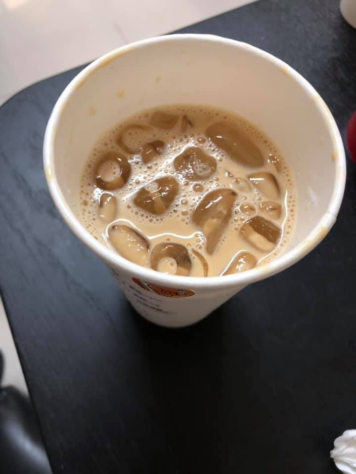 一名女網友到超商拿大杯咖啡,但店員弄錯做成中杯,事後沒有重做一杯,反而還將中杯咖...