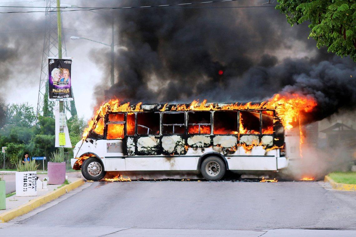 墨西哥「毒梟之王」古茲曼的錫納羅亞販毒集團因「少主」奧維迪奧遭捕,與軍警爆發激烈...