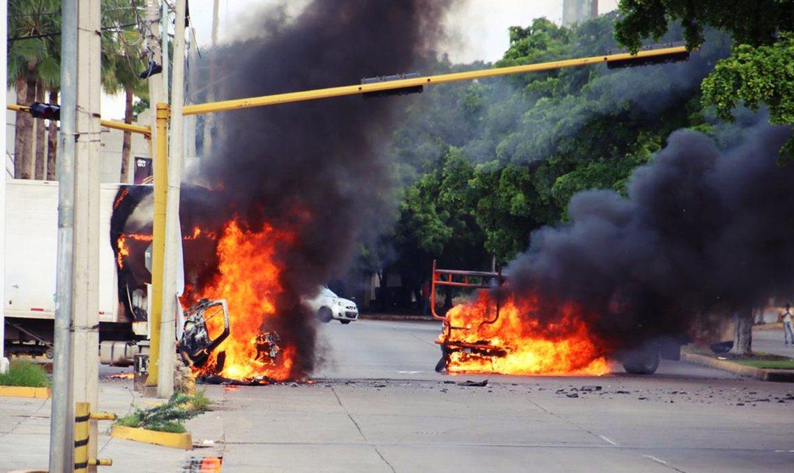 除了在街頭瘋狂掃射,蒙面槍手與幫派集團也縱火焚車,阻擋了交通要道通行,迫使庫利亞...