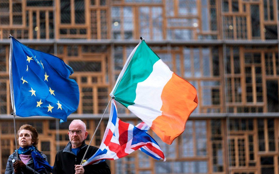 接任的強生為了加速如期脫歐,直接劃開了愛爾蘭海設立了給英國本土的規範防火牆,儘管...
