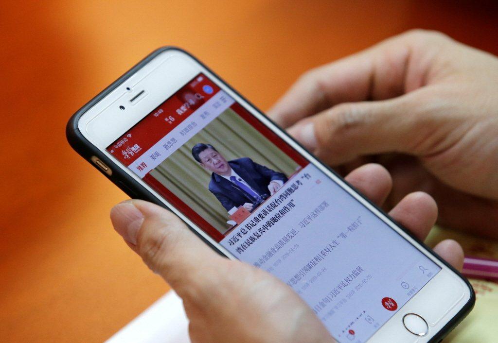中國中宣部傳媒監管局日前公告,省級以上新聞單位欲申領新版記者證者,必須使用官方「學習強國」應用程式進行培訓與考試。 圖/路透社