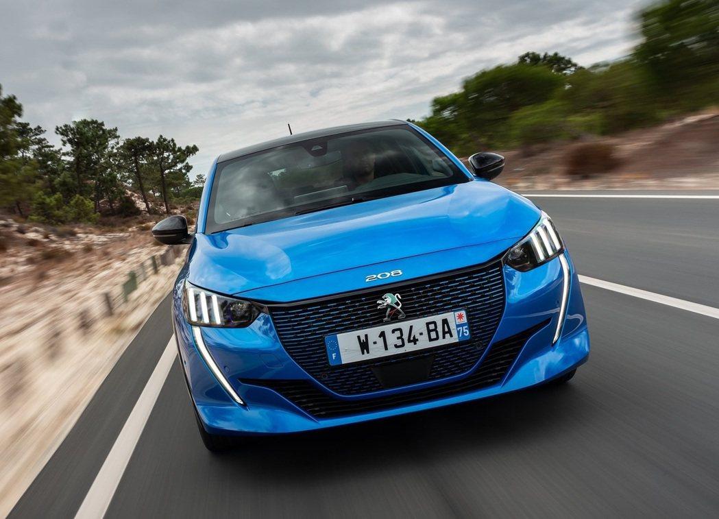 全新Peugeot e-208在今年三月的日內瓦車展上正式發表。 摘自Peuge...