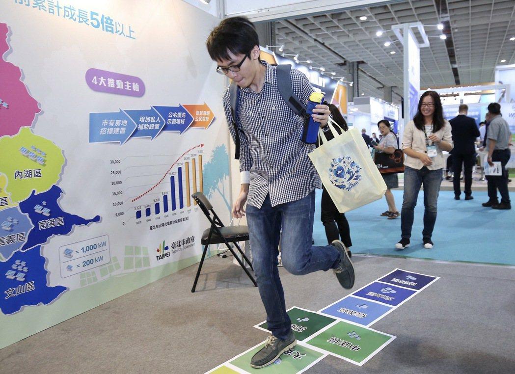 臺北市政府追日計畫成果展,民眾熱情參與。 臺北市產業發展局/提供