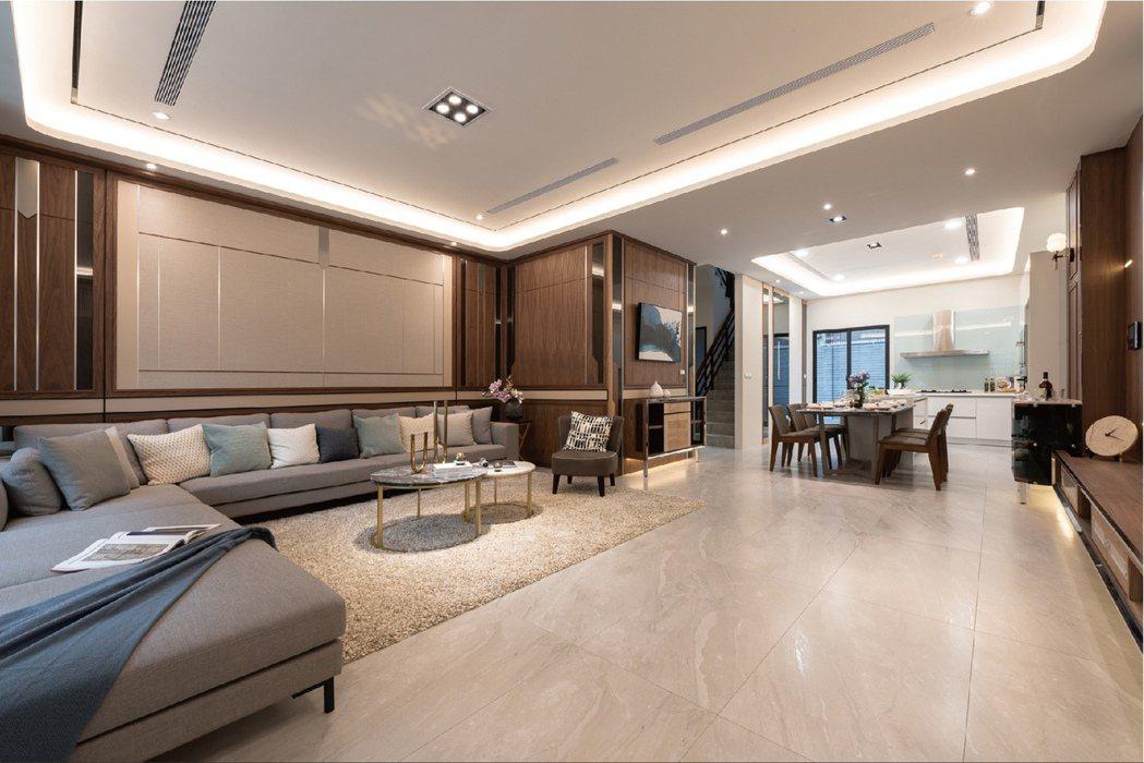 一樓寬敞大客廳,廚房採中島型豪宅級規劃。圖片提供/耀順開發