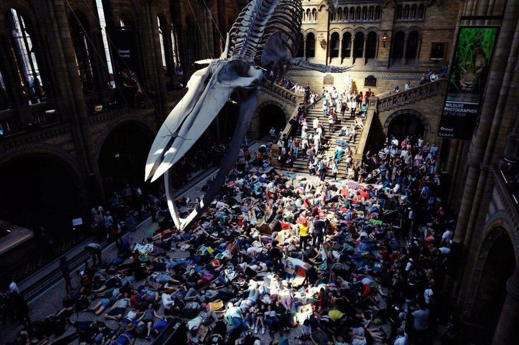 「反抗滅絕」主張非暴力、公民不服從的氣候抗爭,因為佔領公共空間、公家機關,才逐漸...