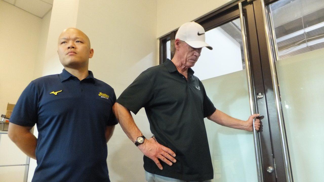 兄弟隊總教練伯納(右)賽後出現在記者室,心情有些激動。記者藍宗標/攝影