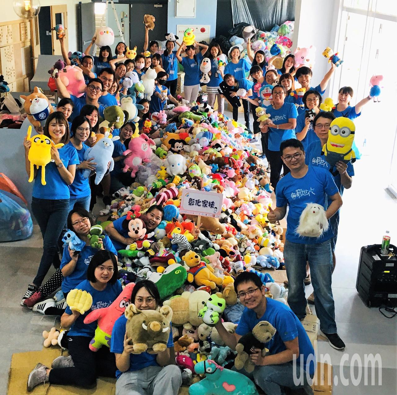 上萬隻愛心玩偶從全台各地湧進彰化家扶中心,家扶中心員工讚嘆社會的愛心,非常感動。...